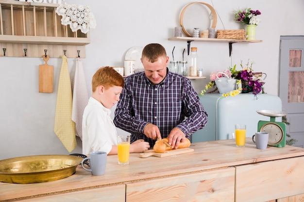 Padre e figlio che cucinano insieme
