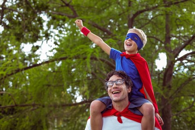 Padre e figlio che fingono di essere supereroi