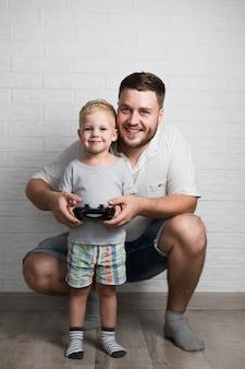 Padre e figlio che giocano con la leva di comando a casa