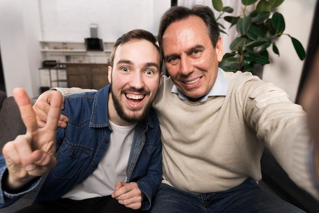 Padre e figlio che prendono un selfie divertente