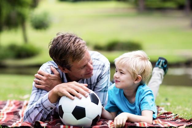 Padre e figlio che si trovano nel parco