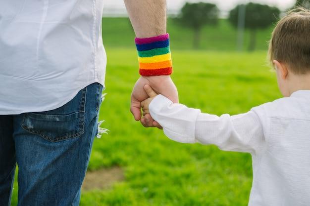 Padre e figlio che tengono le mani. concetto paterno