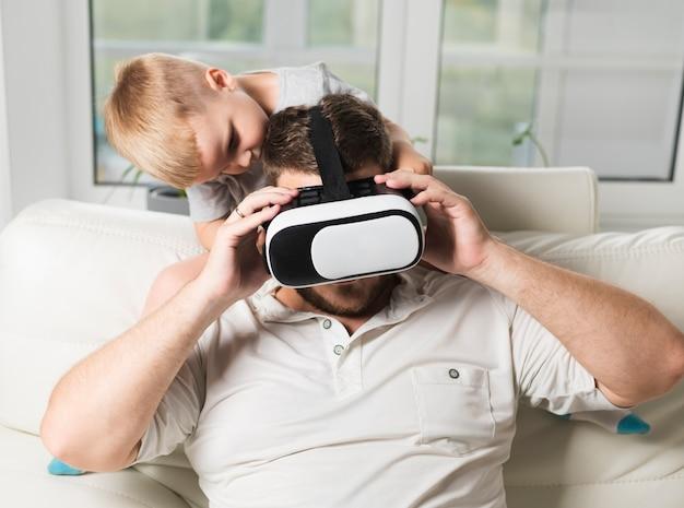 Padre e figlio che usano l'auricolare virtuale