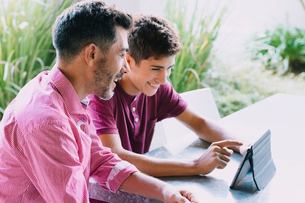 Padre e figlio felici il giorno di padri