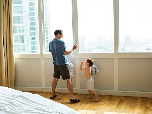 Padre e figlio giocano a combattere