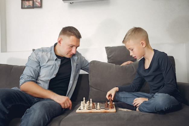 Padre e figlio giocano a scacchi