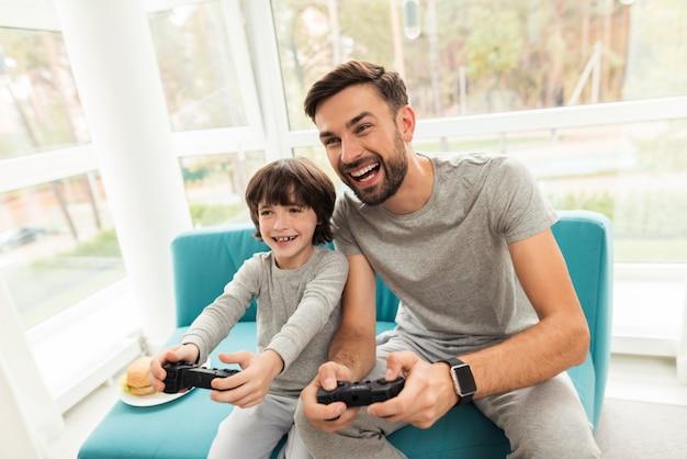 Padre e figlio giocano insieme nei giochi per computer