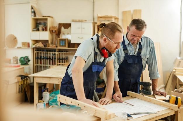 Padre e figlio in carpenteria