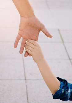 Padre e figlio insieme all'aperto
