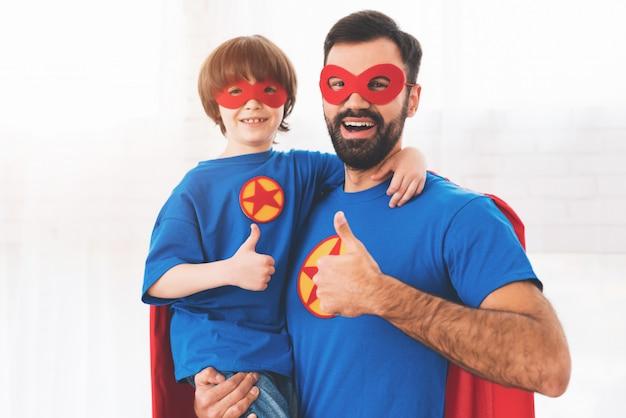 Padre e figlio nei semi rossi e blu dei supereroi.