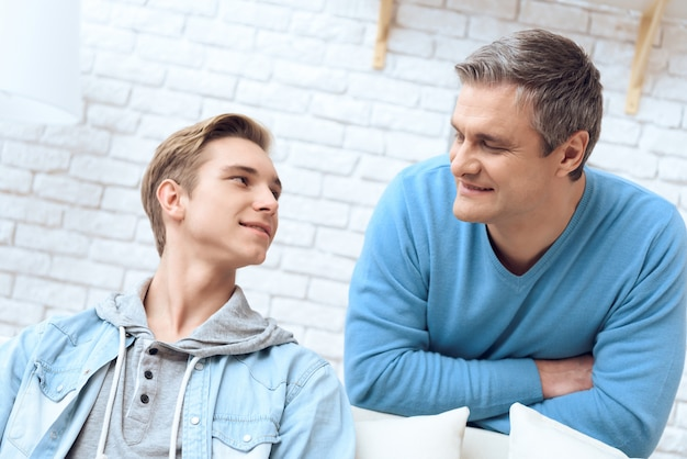 Padre e figlio parlano tra loro.