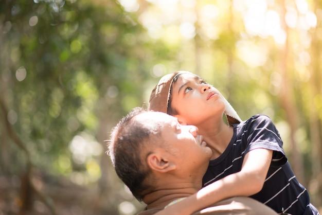 Padre e figlio seduti e parlando insieme