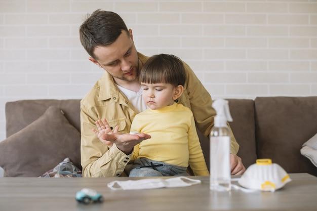 Padre e figlio stanno in casa e si proteggono