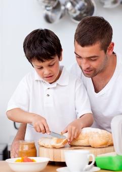 Padre e figlio stanno preparando un brindisi