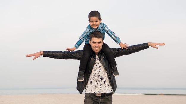 Padre e figlio sulla spiaggia