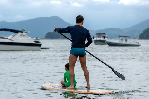 Padre e figlio sulla tavola da paddle