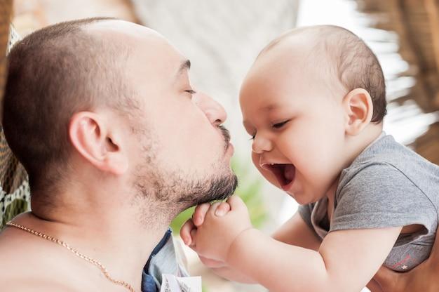 Padre e figlio trascorrono del tempo insieme.