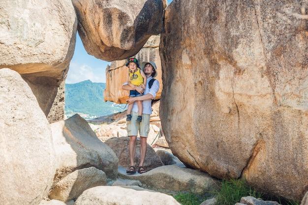 Padre e figlio viaggiatori al promontorio di hon chong, pietra da giardino, famose destinazioni turistiche a nha trang. vietnam