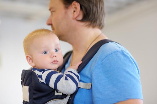 Padre e il suo bambino in un marsupio