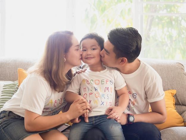 Padre e madre baciano la tua guancia a tuo figlio