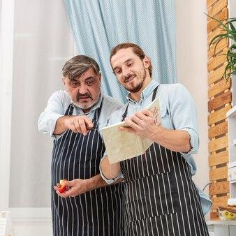 Padre e presto controllando una ricetta