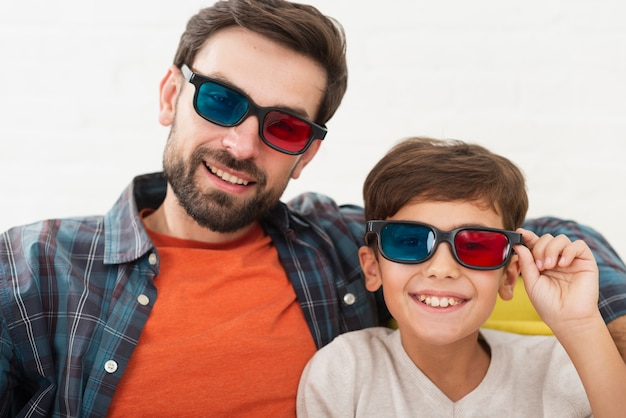 Padre e presto guardando il fotografo