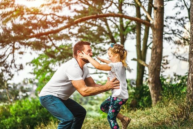 Padre e sua figlia si divertono all'aperto