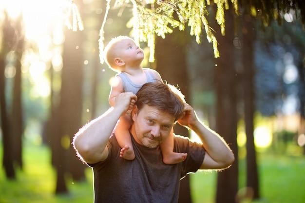 Padre e suo figlio al tramonto