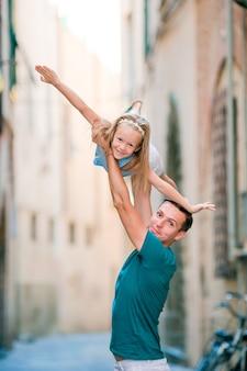 Padre felice e bambina adorabile a roma durante le vacanze italiane di estate