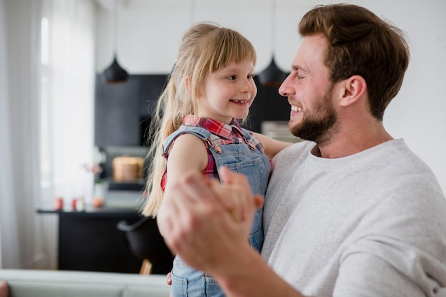 Padre guardando la figlia