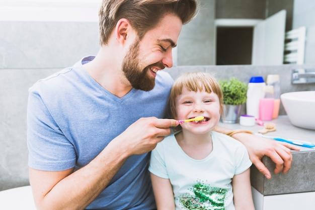 Padre lavarsi i denti della figlia