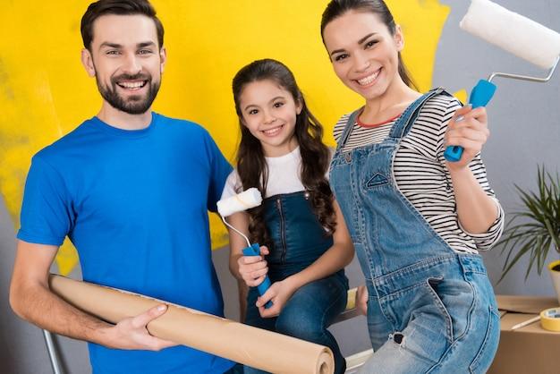 Padre, madre e figlia piccola fanno piccoli lavori di ristrutturazione