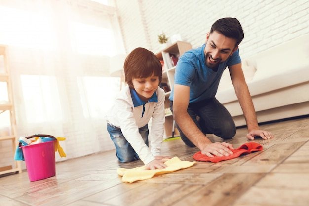Padre mostra a suo figlio come pulire la casa.