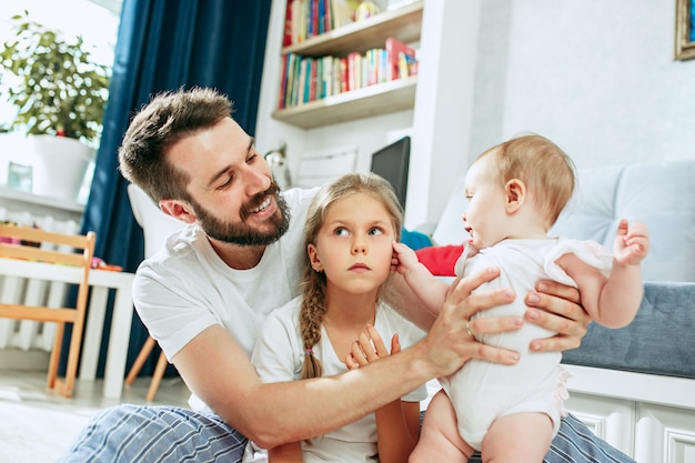 Padre orgoglioso che tiene la figlia del neonato a casa