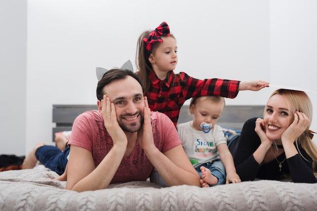 Padre sorridente godendo la famiglia