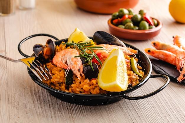 Paella cibo tradizionale spagnolo servito sul piatto di tapa