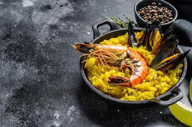 Paella di pesce con gamberi o gamberi e cozze