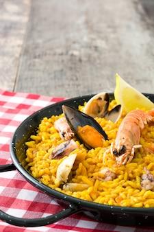 Paella di pesce spagnola tradizionale