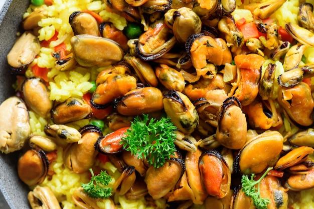 Paella di pesce spagnolo tradizionale