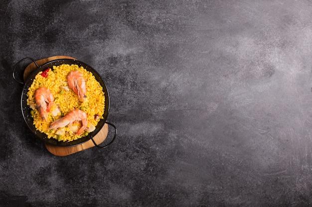 Paella spagnola tradizionale con frutti di mare. preparato in padella tradizionale