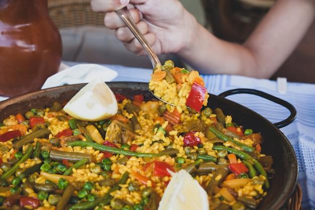 Paella vegana con riso e verdure.