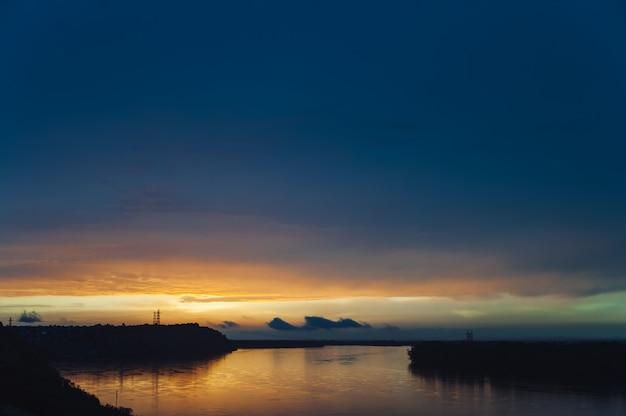 Paesaggi colorati luminosi del tramonto del territorio di altai. tramonto riflesso nel fiume ob.