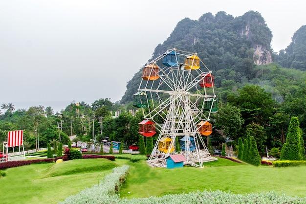 Paesaggi e parchi di divertimento nella valle in inverno, nebbia sullo sfondo a krabi, thailandia
