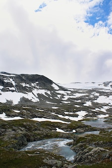 Paesaggi mozzafiato della bellissima atlanterhavsveien - atlantic ocean road, norvegia