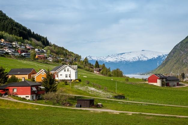 Paesaggi panoramici dei fiordi norvegesi.