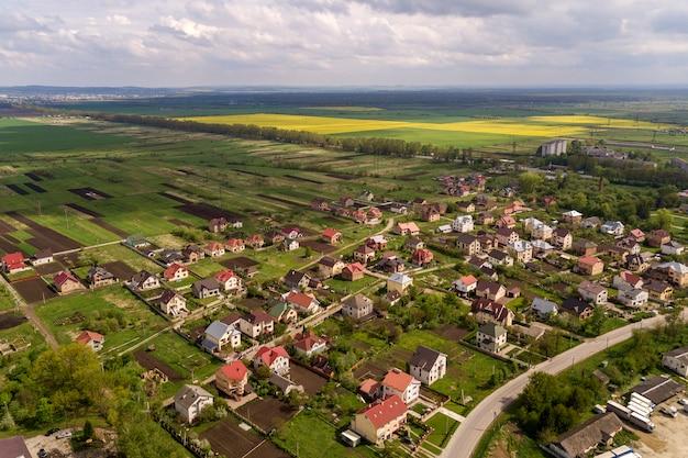 Paesaggio aereo della cittadina o villaggio con filari di case residenziali e alberi verdi