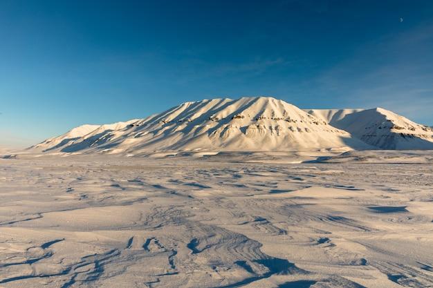 Paesaggio artico di inverno con le montagne innevate a kapp ekholm, le svalbard, norvegia