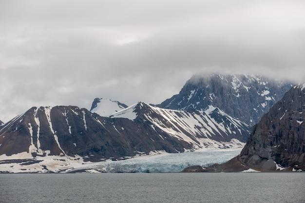 Paesaggio artico nelle svalbard con ghiacciaio