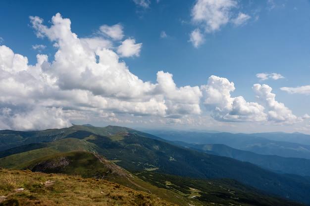 Paesaggio autunnale nelle montagne dei carpazi. vista dal picco di montagna hoverla. montagna ucraina carpazi hoverla, vista dall'alto.