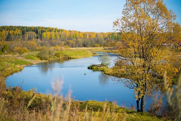 Paesaggio autunnale, vista sul fiume e foresta, natura degli urali medi, siberia